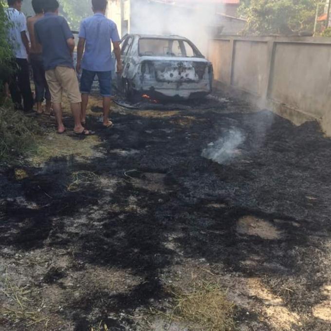 Chiếc xe bị cháy rụi từ màu đen đã thành màu trắng.