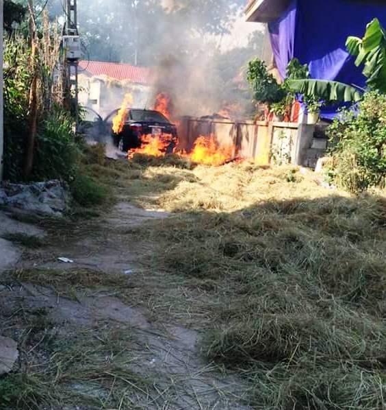 Ngọn lửa bùng lên nhanh chóng và dữ dội làm chiếc xe bị thiêu rụi trong gang tấc.
