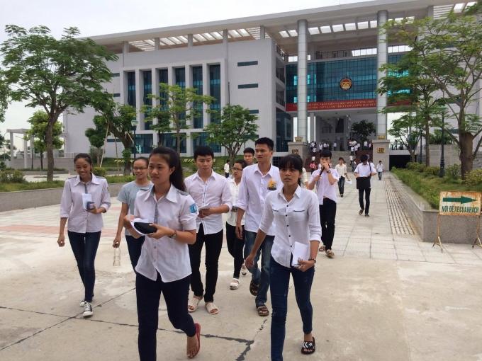 Nhiều thí sinh rời phòng thi môn Toán sáng ngày 1/7với tinh thần hào hứng, tự tin.