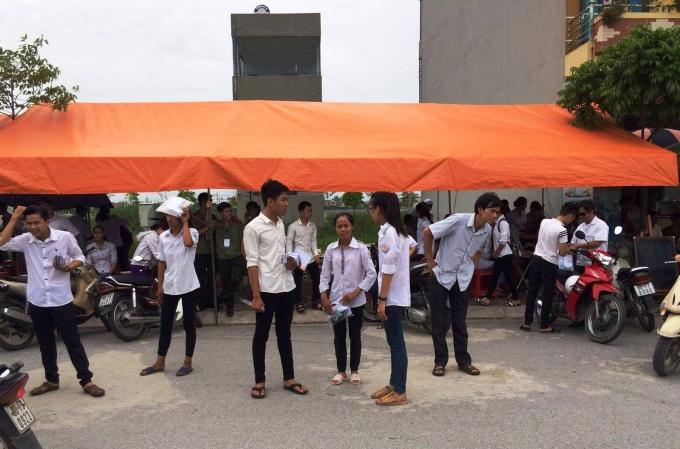 Có nhiều thí sinh chụm lại bàn tán, trao đổi kết quả buổi thi trong tâm trạng hào hứng.