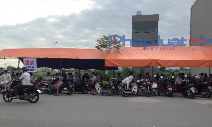 Tạiđiểm trường THPT chuyên Biên Hòa, một gia đình tranh thủ mở quán cơm phục vụ tại chỗ.