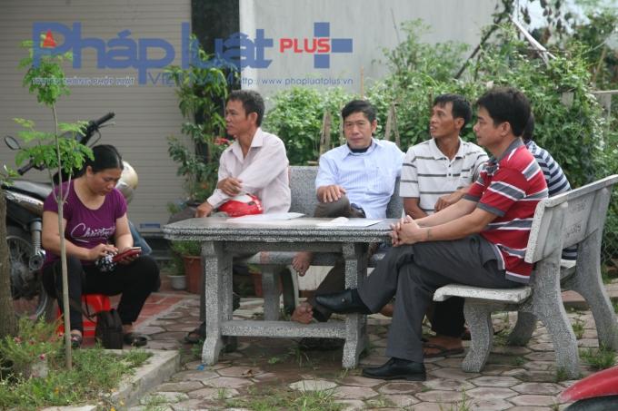 Nhiều phụ huynh rôm rả trò chuyện trong khoảng thời gian chờ đợi con em mình hoàn thành bài thi.
