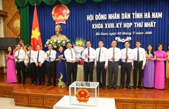 Ông Nguyễn Đình Khang, Bí thư Tỉnh ủy Hà Nam chúc mừng các lãnh đạo chủ chốt của HĐND tỉnh Hà Nam, nhiệm kỳ 2016-2021.