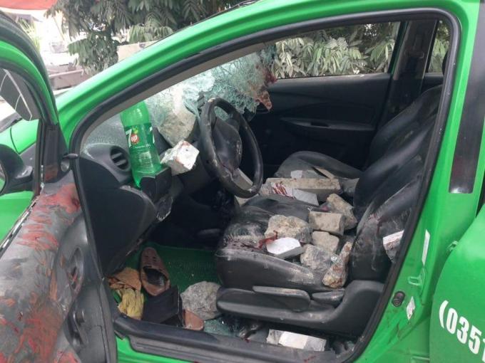 Rất nhiều gạchđá rơi vào trong xe taxi.Ảnh Facebook Tùng Lâm