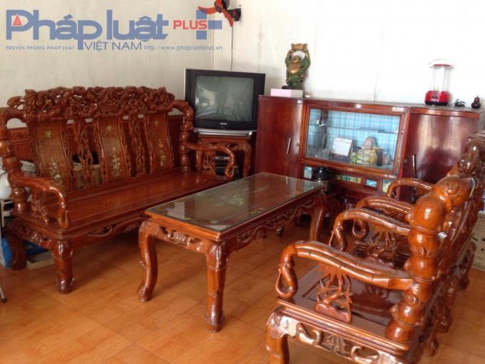 Bộ bàn ghế gỗ đã dùng của nhà bà Vân gán nợ cho ông Khảivới giá 100 triệu đồng.