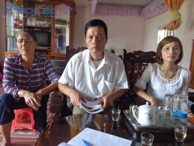 Lần lượt từ trái sang bà Trần Thị Yến, ông Trần Văn Nam và chị Đỗ Thị Thúy trao đổi với PV.