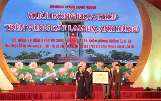 Đại diện Bộ Văn hóa thể thao và Du lịch đã trao Bằng công nhận di tích lịch sử cấp quốc gia Trận địa pháo phòng không Lam Hạ (1965-1972).