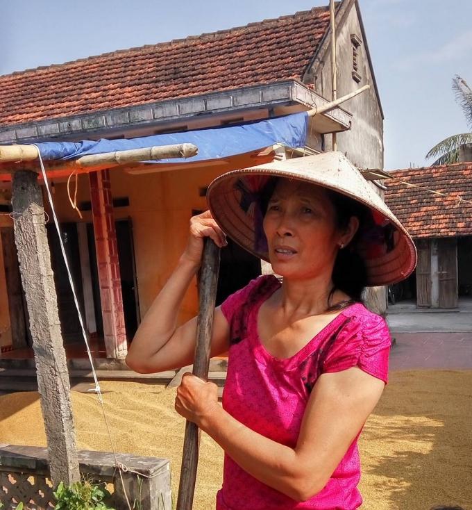 Bà Trịnh Thị Hải - thôn Đông, xã Châu Giang, huyện Duy Tiên, tỉnh Hà Nam trao đổi với PV.