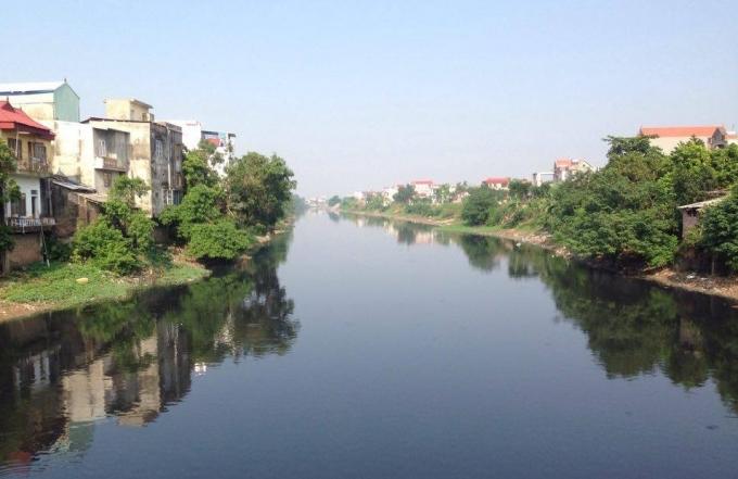 Cả một đoạn sông dài hàng km đều một màu đen kịt.