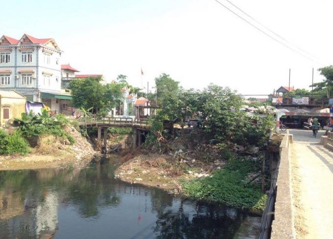 Dòng nước đen ngòm dưới chân cầu Lương.