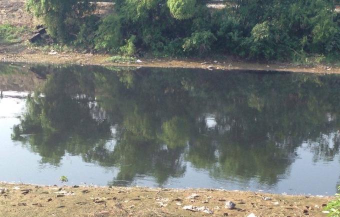 Mỗi tháng vài lần, những dòng nước đen ngòm lại chảy về bức tử cuộc sống của người dân.