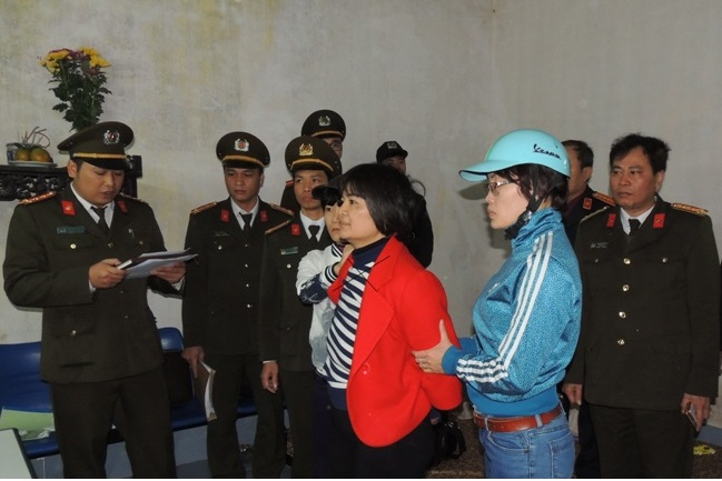 Cơ quan điều tra Công an tỉnh Hà Nam công bố lệnh bắt tạm giam và khám xét nơi ở đối với Trần Thị Nga (dấu X). (Ảnh: Công an Hà Nam)