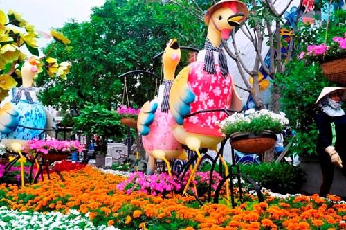 Hình ảnh cuộc sống đậm chất Nam Bộ với thuyền trái cây sông nước, đờn ca tài tử, các chú gà đạp xe hoa đi chợ tết.., trên đường hoa.