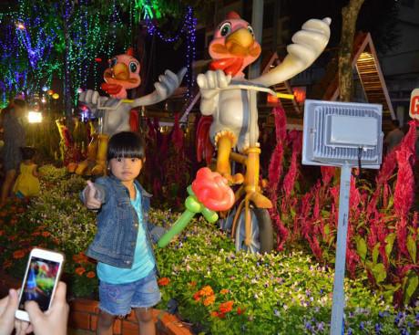 Các cụm mô hình và hình ảnh gia đình nhà gà, chú gà đạp xe đạp gây chú ý