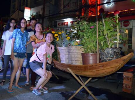 Các du khách thích thú chụp ảnh lưu niệm tại đường hoa.