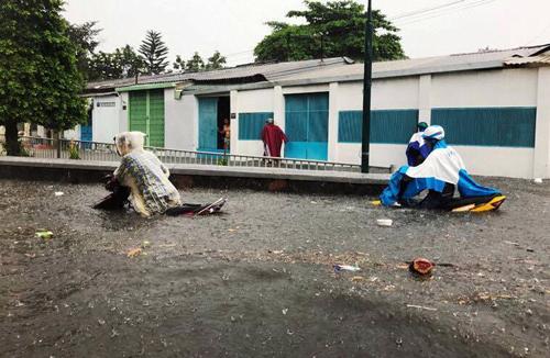 Nước ngập gần hết xe máy tại khu vực quận Thủ Đức. Ảnh:A.X