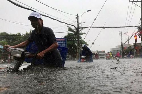 Nước ngập lút yên xe máytrên đường Tô Ngọc Vân. Ảnh:A.X