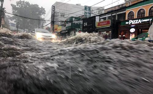 Nước chảy như thác trên đường Võ Văn Ngân. Ảnh:A.X