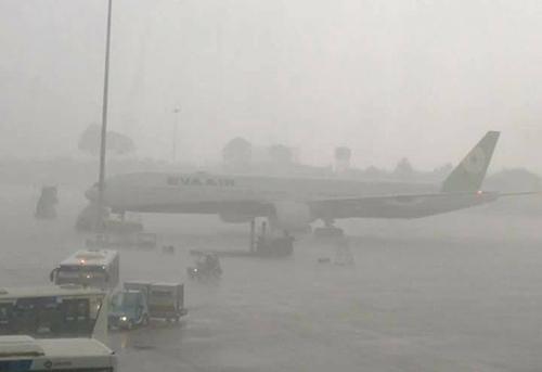 Sân bay Tân Sơn Nhất, nước mưa không thoát kịp, một số bãi đỗ máy bay bị ngập.Ảnh Facebooker Song Ngư