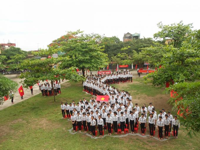 Ảnh minh hoạ: Học sinh trường THPT A Duy Tiên xếp hình bản đổ Việt Nam trong khuôn viên nhà trường. Nguồn: Internet