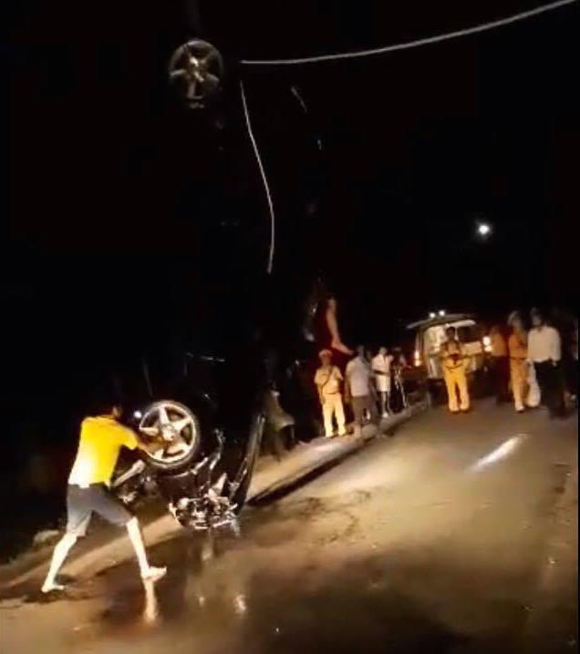 Theo những người dân chứng kiến vụ việc, trước khi lao xuống trạm bơm, chiếc xe có dấu hiệu mất lái.