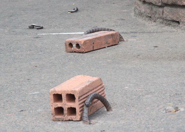 Những móc sắt sau đó được người dân chèn tạm các viên gạch