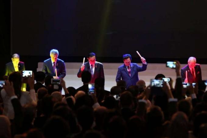 Thủ tướng Việt Nam Nguyễn Tấn Dũng (thứ hai từ phải sang) và các nhà lãnh đạo ASEAN tại lễ thành lập AES (Ảnh: Straitstimes)