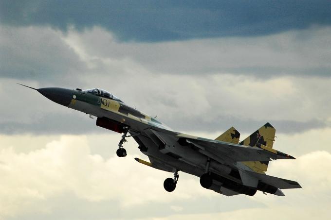 Việt Nam đang quan tâm tới dòng Su-35 hiện đại của Nga (Ảnh: Vedomosti.ru)