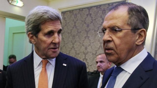 Ngoại trưởng Hoa Kỳ John Kerry (trái) bà Ngoại trưởng Nga Sergei Lavrov (phải). (Ảnh:TASS)