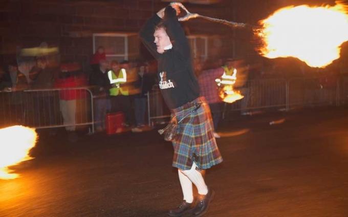 Tại Scotland, theo phong tục, người ta sẽ đánh quay một quả cầu lửa, rồi diễu qua các con phố trong đêm giao thừa. Đây là một tục lệ cổ của người Scotland, nhằm mục đích xua đuổi tà ma và cái xấu của năm cũ, đón chờ những điều tốt đẹp trong năm mới. (Ảnh:Telepraph)