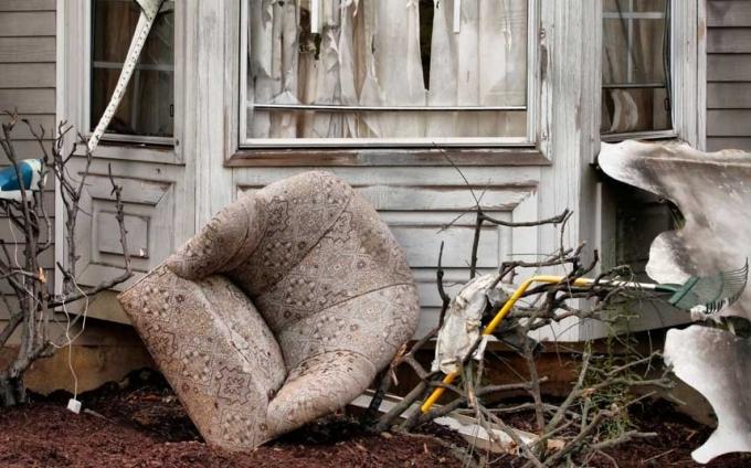 Ở Nam Phi, người ta có tục lệ ném đồ nội thất cũ ra khỏi cửa sổ, để đón chờ những điều mới mẻ trong năm mới.(Ảnh:Telegraph)