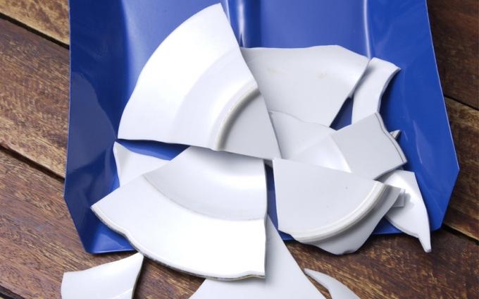 Tại Đan Mạch, theo truyền thống đón năm mới, người ta sẽ đập bát đĩa trước cửa nhà những người bạn. Tiếng động của bát đĩa càng lớn, bạn càng nhận được nhiều may mắn.(Ảnh:Telegraph)