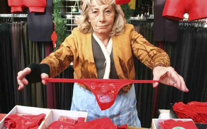 Tại Thổ Nhĩ Kỳ, để mang nhiều may mắn tới cho người thân trong năm mới, bạn nên mặc một chiếc quần lót màu đỏ. Bởi vậy, tại quốc gia này, quần lót màu đỏ thường là mặt hàng bán chạy nhất trong dịp cuối năm.(Ảnh: Telegraph)