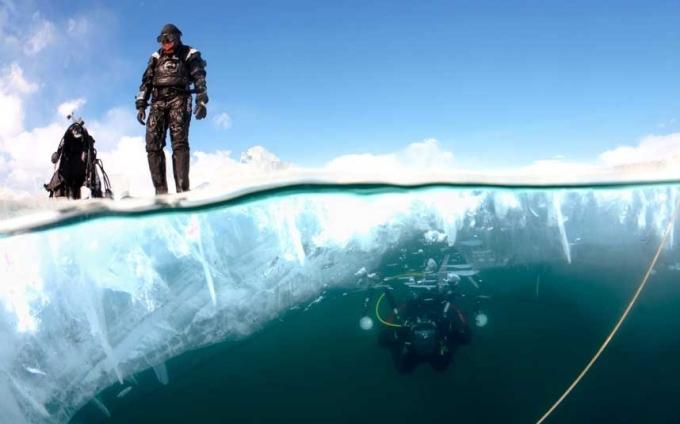 Tục trồng cây dưới nước: người Nga sẽ cắt một lỗ hổng trên dòng sông băng, sau đó lặn xuống sâu, mang theo một một cây nhỏ. Cây con này phải được đặt xuống dưới đáy sông hay hồ nước. Điều này sẽ mang lại nhiều may mắn trong năm mới.(Ảnh:Telegraph)