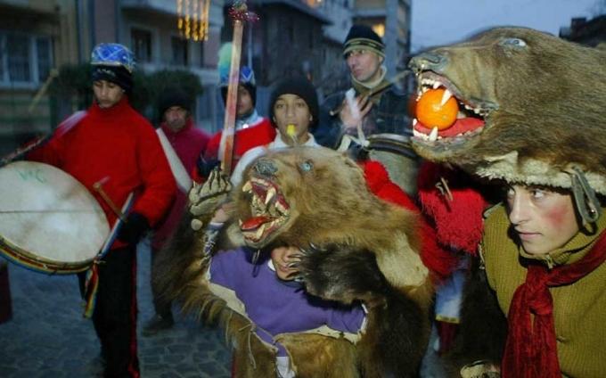 """Người Rumania mừng năm mới bằng cách mặc trang phục từ da gấu và lông thú. Họ sẽ nhảy """"vũ điệu của loài dê"""" từ nhà này sang nhà khác. Điệu nhảy này tượng trưng cho cái chết và sự tái sinh của mẹ thiên nhiên.(Ảnh:Telegraph)"""
