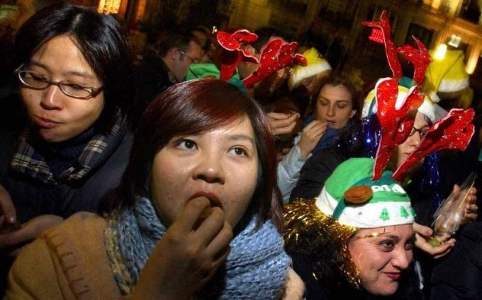 Tại Tây Ban Nha, trong thời khác giao thừa, người ta sẽ cố gắng ăn 12 trái nho cùng một lúc. Và mỗi khi tiếng chuông của chiếc đồng hồ đếm ngược thời gian ngân lên, người ta lại ăn những trái nho, để cầu mong hạnh phúc và may mắn trong năm mới.(Ảnh:Telegraph)