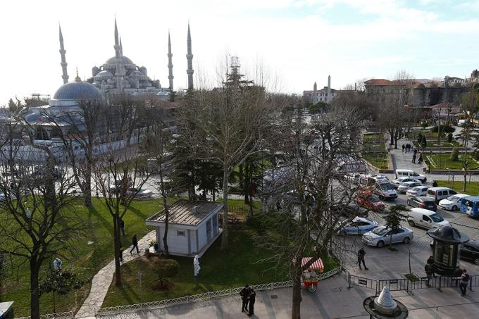 Quảng trường Sultanahmet tại thành phố Istanbul đã được bảo vệ nghiêm ngặt bởi lực lượng cảnh sát. Ankara đã báo động an ninh ở mức cao nhất sau cuộc tấn công nhằm vào thành phố 14 triệu dân này. (Ảnh: AP)