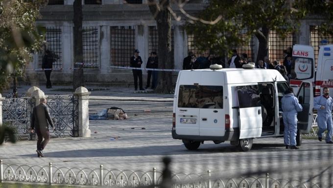 Ngay sau vụ tấn công kinh hoàng tại Istanbun, Tổng thư ký Liên hợp Quốc Ban Ki-moon đã tổ chức cuộc họp. Ông Ban Ki-moon đã chia sẻ nỗi đau với gia đình những người bị nạn, đồng thời lên án nhóm khủng bố tiến hành vụ tấn công trên. (Ảnh: AP)