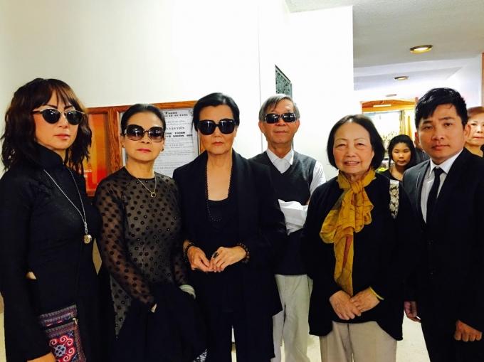 Ca sĩ Khánh Ly (thứ hai từ trái qua) ngậm ngùi tiễn biệt nhạc sĩ Anh Bằng