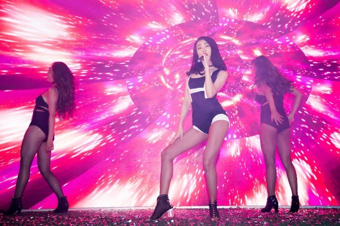 Trà Ngọc Hằng diện váy ngàn đô, lột đồ nóng bỏng trên sân khấu