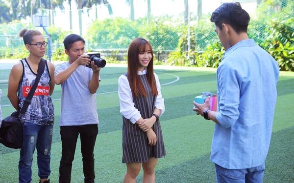 Đạo diễnGin Trần đang hướng dẫn Bảo Uyên nhập vai.
