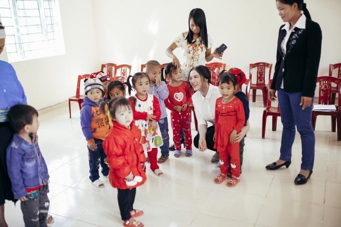 Cô giáo và học sinh vui mừng được dạy và học trong ngôi trường mới khang trang, sạch đẹp