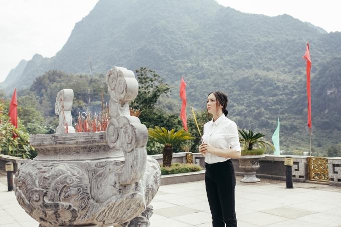 Lý Nhã Kỳ nghiêm trang thắp hương lễ tạ thần linh tại Khau Sớ - Hà Quảng - Cao Bằng
