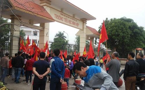 Học sinh Ninh Hiệp và người dân phản đối việc xây trung tâm thương mại