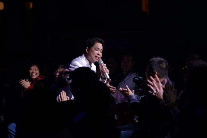 Trước sự yêu mến của khán giả Ngọc Sơn hát sang cả ngày mới