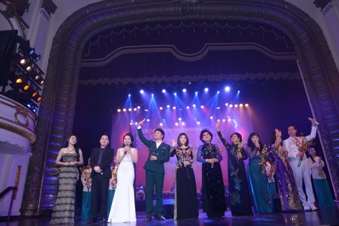 Tình Xuân Bolero lắng đọng với nhiều cảm xúc, các nghệ sĩ lưu luyến chia tay khán giả Hà Nội