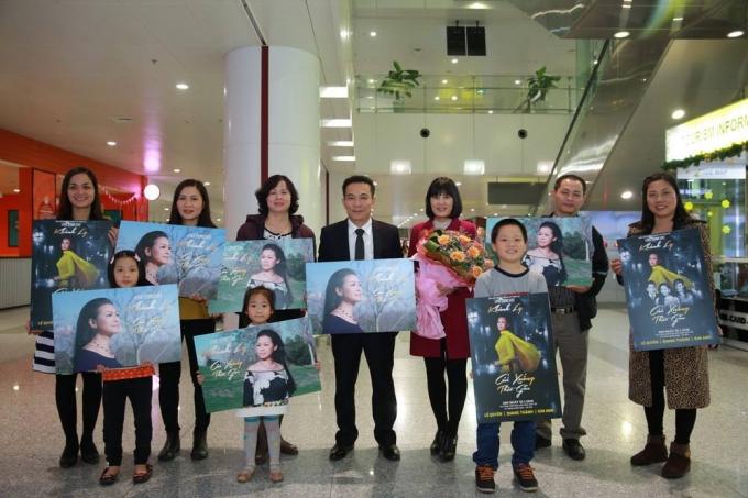 Khán giả ái mộ Khánh Ly chờ đón bà trở về giữa đêm đông Hà Nội