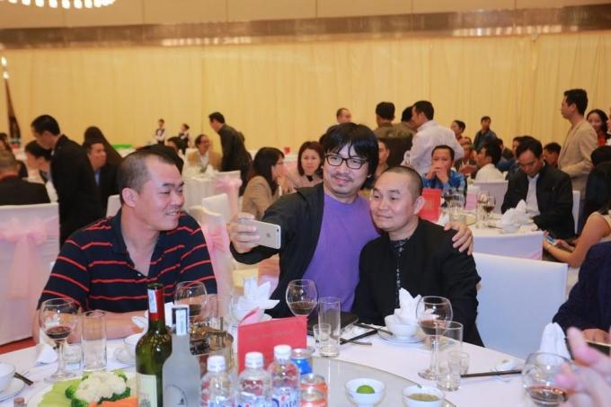 Cù Trọng Xoay và nghệ sĩ Xuân Hinh tranh thủ chụp ảnh