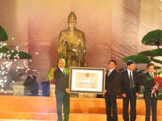 Phó thủ tướng Nguyễn Xuân Phúc trao bằng xếp hạng di tích quốc gia đặc biệt cho đền Trạng Trình