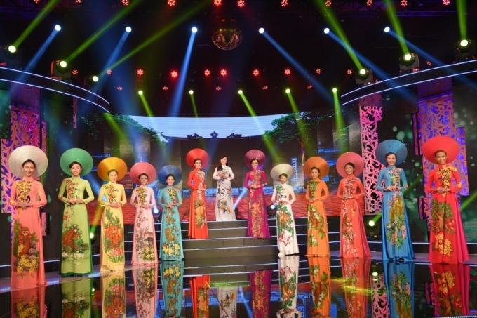 Bộ sưu tập thời trang áo dài Bính Thân Hỷ cũng được trình diễn trong Sài Gòn đêm thứ bảy với chủ đề